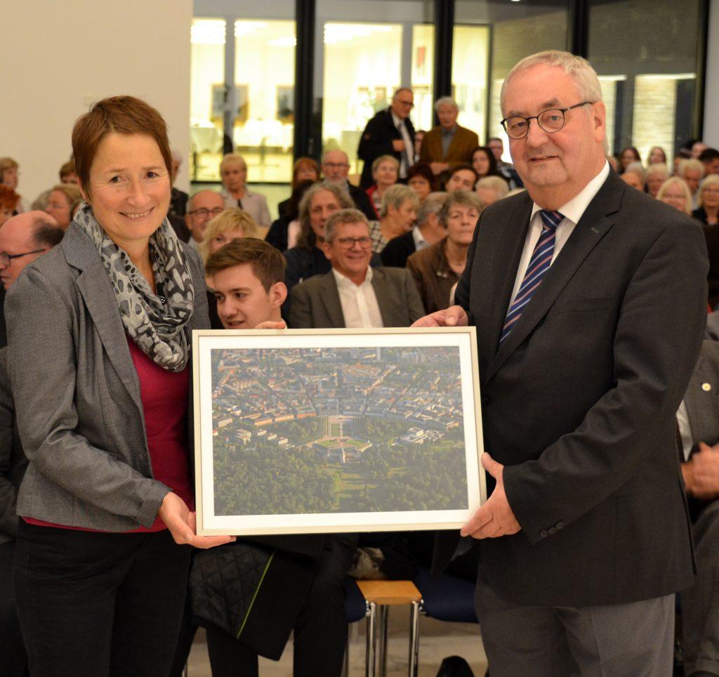 Bürgermeisterin Bettina Lisbach überreicht dem Vorsitzenden Konrad Ringle ein Luftbild der Stadt Karlsruhe